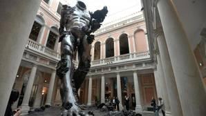 «Demonio con un cuenco», de Damien Hirst, en el vestíbulo del Palazzo Grassi, una de las dos sedes de la Colección Pinault en Venecia