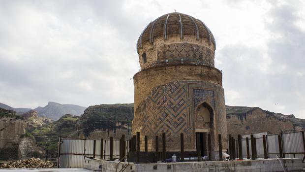 La tumba de Zeynel Bey, construida en el siglo XV, representa el único resto arqueológico de la tribu Ak Koyunlu