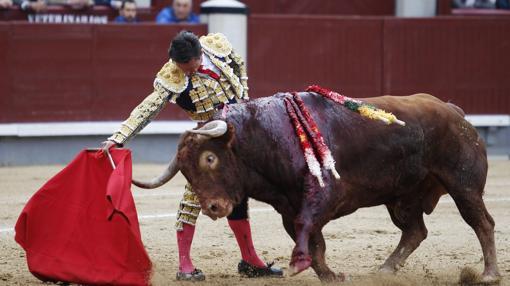 Derechazo de Diego Urdiales al primero de la tarde, sin humillar
