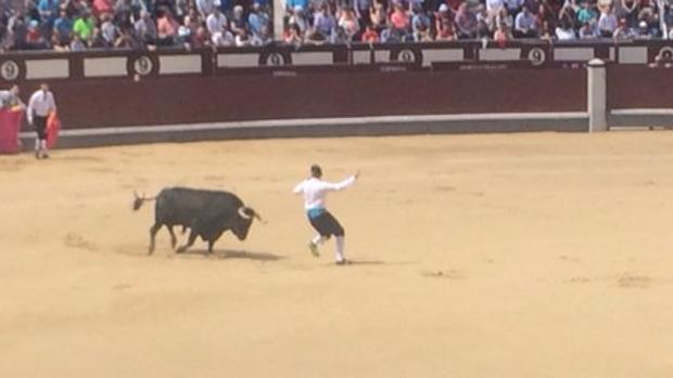 Jonathan Castaño, con el primer toro de la mañana