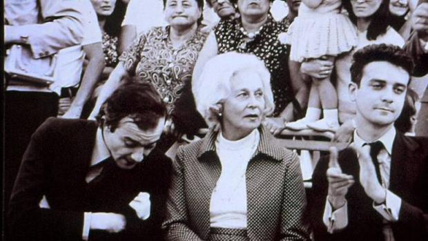 De izquierda a derecha, Juan Luis Panero, Felicidad Blanch, la madre, y Michi Panero. La familia Panero es la protagonista de un polémico documental: «El desencanto», al que pertenece esta imagen