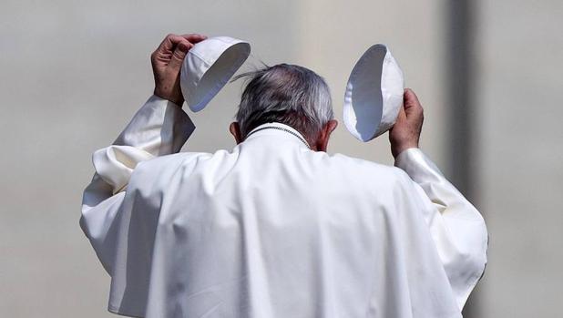 El papa Francisco se cambia de solideo tras la audiencia general de los miércoles en la Plaza de San Pedro en Roma