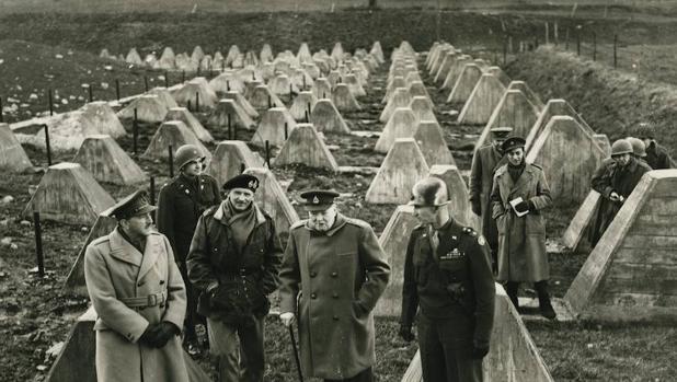 Las SAS contaron con el decidido apoyo de Churchill (en el centro de la imagen)