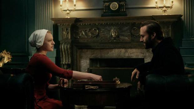 Elisabeth Moss y Joseph Fiennes juegan al «scrabble» y a algo más en «The Handmaid's Tale»