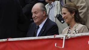 El Rey Juan Carlos y su hija la infanta Elena asisten al quinto festejo de la Feria de San Isidro la Plaza de las Ventas en Madrid