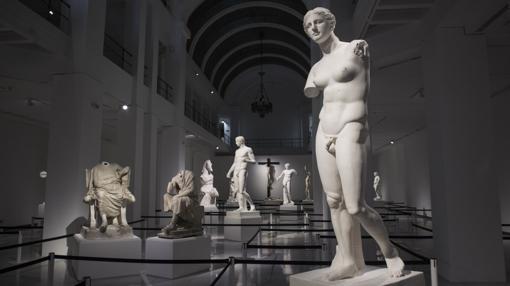 Panorámica de la sala basilical de este espacio de Antonio Palacios con las esculturas dentro del laberinto