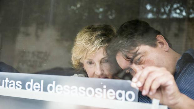 Soledad Sevilla, durante el montaje de su exposición «Rutas del desasosiego».
