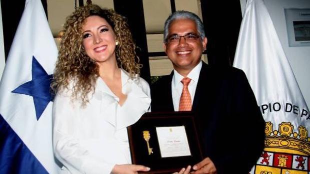 Erika Ender (izda) recibiendo las llaves de la Ciudad de Panamá de su alcalde, José Isabel Blandón