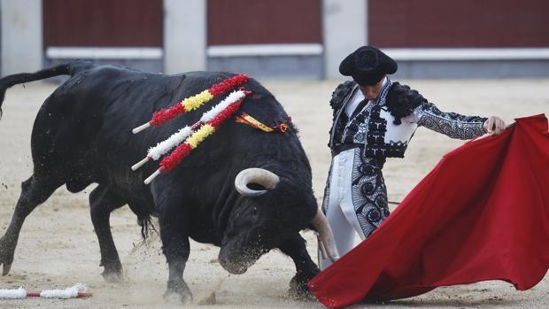 Fortes comienza de rodillas su faena al segundo toro