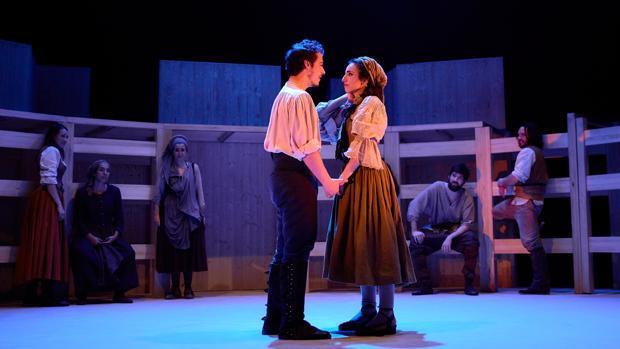 Pablo Béjar y Paula Iwasaki, en una escena de «Fuenteovejuna»