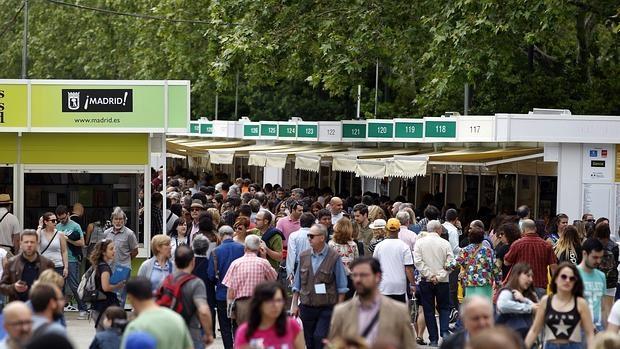 Visitantes en las casetas centrales de la Feria del Libro de Madrid de 2016