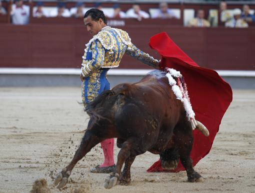 Iván Fandiño, en un pase cambiado por la espalda