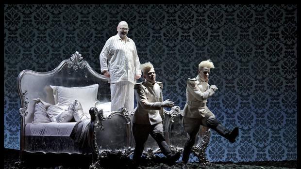Un momento del montaje de Laurent Pelly en el Teatro Real de Madrid