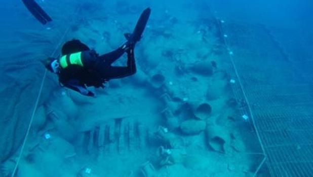 Un arqueólogo bucea sobre el pecio del Bou Ferrer en Vilajollosa