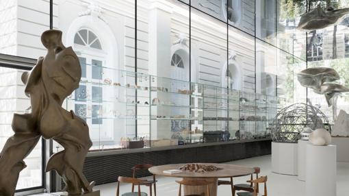 Pabellón de nueva creación. En primer plano, escultura de Boccioni