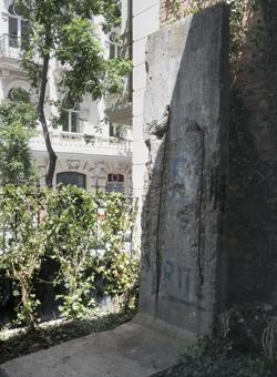 Entre las piezas que atesora la fundación, un trozo del Muro de Berlín