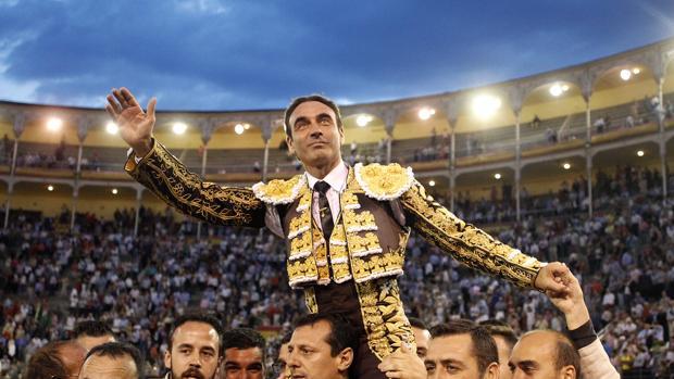 Enrique Ponce sale a hombros de Las Ventas