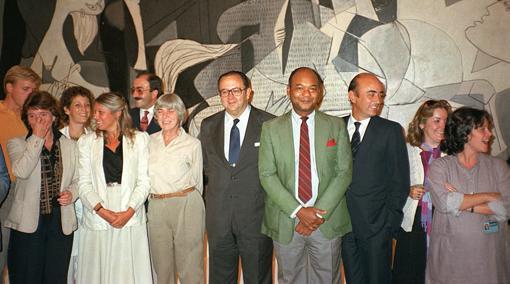 Íñigo Cavero y José Lladó posan ante el «Guernica» el 9 de septiembre de 1981 con un grupo de restauradores del MoMA antes de su marcha a España. Anny Aviram es la tercera por la izquierda