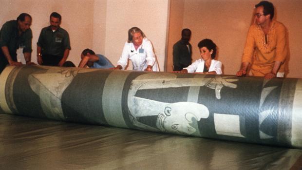 Aviram (segunda por la dcha.) y otros colegas del MoMA lo enrollaron por última vez en septiembre de 1981. Se creó un nuevo rollo más grande para su mayor protección