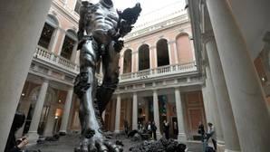Vista de la monumental pieza de la muestra en el patio del Palazzo Grassi