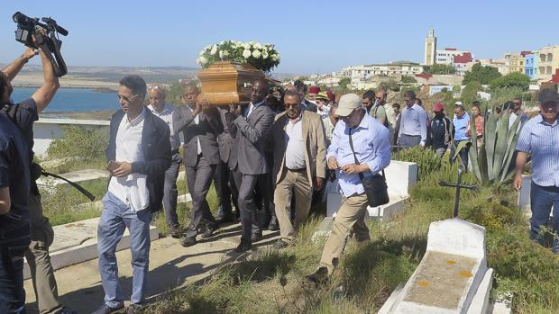 Varias personas portan el féretro de Juan Goytisolo
