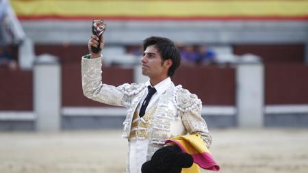Gómez del Pilar pasea la oreja del tercer toro