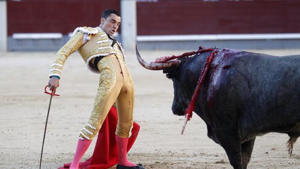 Paco Ureña, frente al encastado tercer toro de Victorino