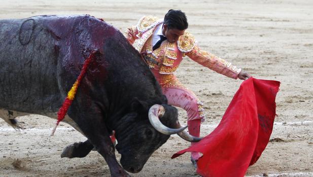 Alberto Aguilar se dobla con el quinto toro, Liebre de nombre