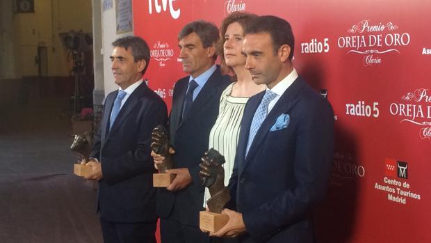 Victorino Martín, los padres de Víctor Barrio (Joaquín y Esther) y Enrique Ponce, con los galardones de RNE