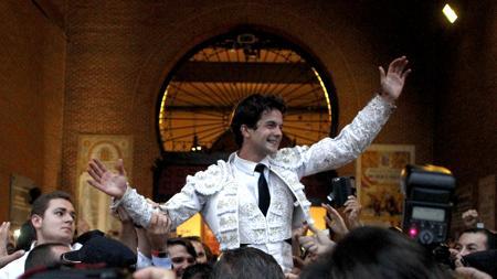 Juan del Álamo sale por la Puerta Grande
