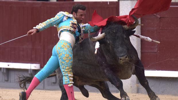 Antonio Ferrera, en un pase de pecho al cuarto toro