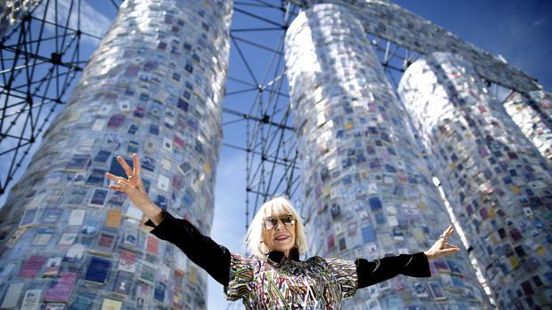 La artista Marta Minujín junto a su obra «El Partenón de los libros prohibidos»