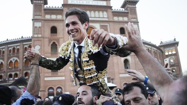 Ginés Marín, en su salida a hombros de la Monumental de las Ventas