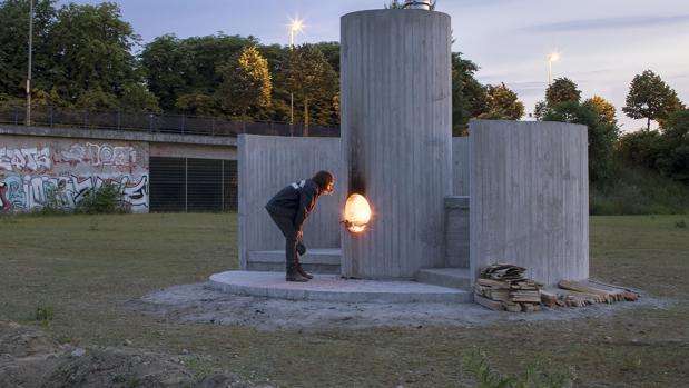 «Burn the Formwork», pieza de Oscar Tuazon