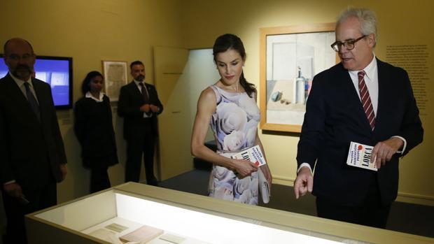 Doña Letizia, junto con el comisario de «Una habitación propia», Andrés Soria, en la Residencia de Estudiantes de Madrid