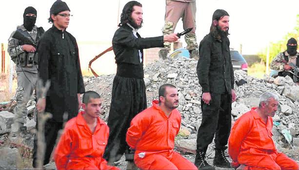 Captura de un vídeo, en el que se ve a miembros del Daesh antes de ejecutar a varios prisioneros