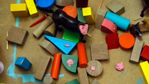 Detalle de los objetos acumulados y manipulados por el artista