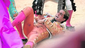 El torero se palpa el boquete de la herida con ostensible gesto de dolor