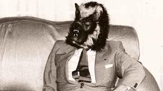 Borges en 1983 con una máscara de hombre lobo en una foto de Claudio Pérez Míguez
