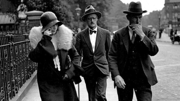 El escritor James Joyce, con sus emblemáticos lentes, caminando junto a Nora Barnacle, madre de su dos hijos