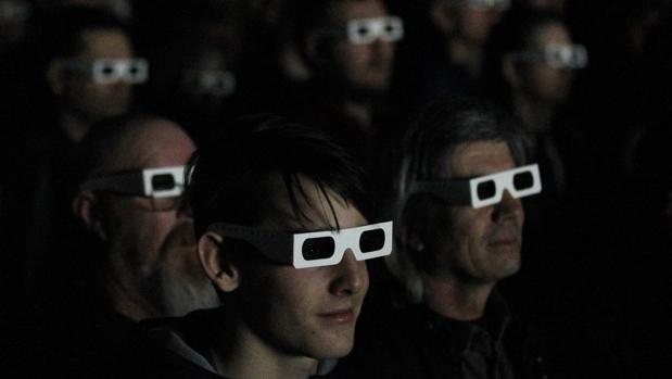 Público con gafas 3D disfruta de un concierto de Kraftwerk en la Tate Modern de Londres en 2013