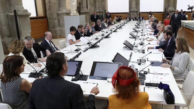 Reunión del Patronato del Prado, presidida por los Reyes, ayer en el Claustro de los Jerónimos, donde quedó constituida la Comisión Nacional para la Celebración del II Centenario del Museo del Prado