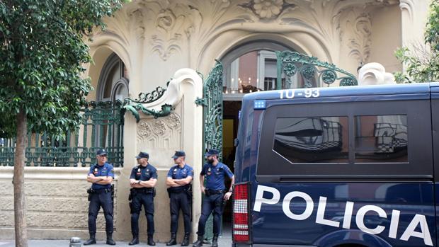Efectivos policiales, en la entrada de la sede madrileña de la SGAE