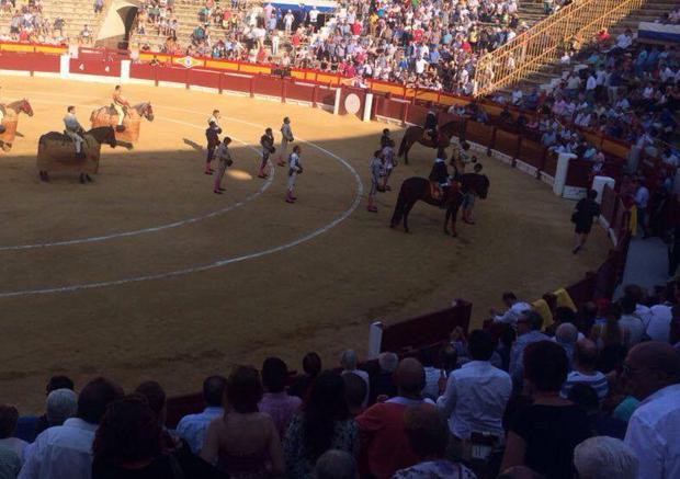 La plaza de Alicante recuerda a Fandiño en un emotivo minuto de silencio