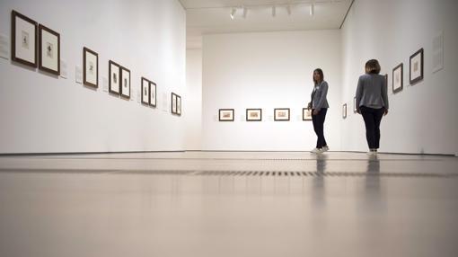Dos personas visitan la muestra de dibujos de Goya en el Centro Botín