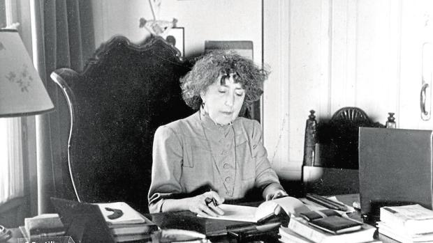 Concha Espina sentada a su escritorio en una fotografía de comienzos de los años 30