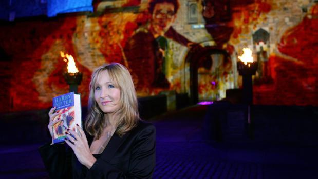J. K. Rowling en frente del Edinburgh Castleen el lanzamiento mundial de la última novela de la millonaria saga