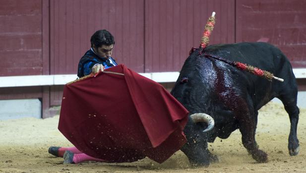 Cayetano inició de rodillas la faena al tercero, un buen toro de Montalvo