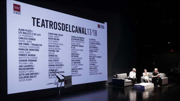 Jaime de los Santos, director de la Oficina de Cultura y Turismo de la Comunidad de Madrid, junto a Natalia Álvarez Simó y Àlex Rigola, codirectores de los teatros del Canal