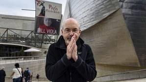Bill Viola, ayer ante la fachada del Museo Guggenheim de Bilbao